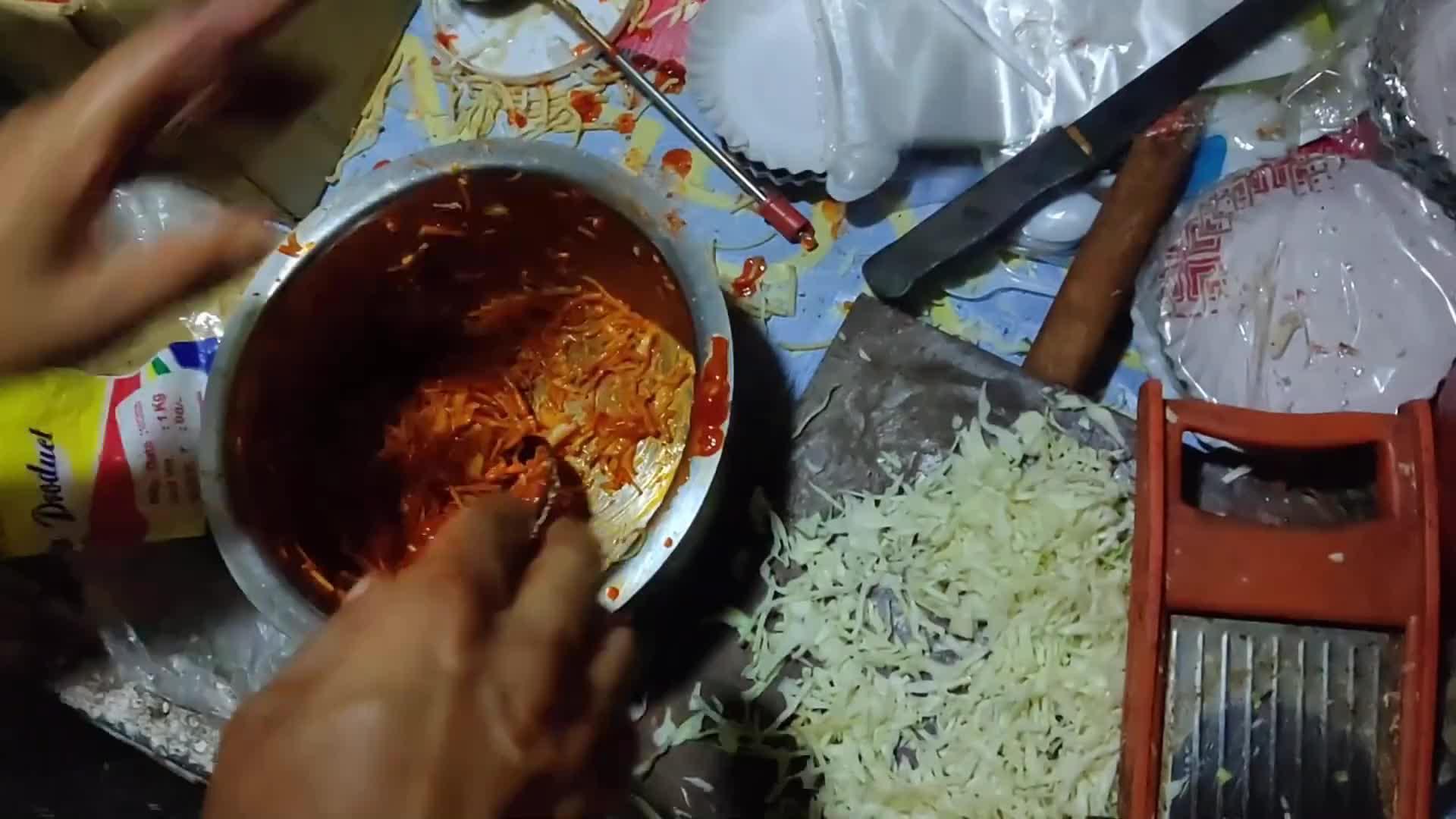 印度街头奇葩零食,调料像不要钱一样往里加,吃完嘴巴都很难受!