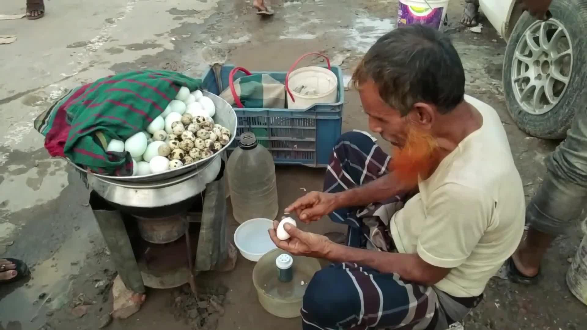 印度街头的水煮蛋,用勺子剥壳后用绳子切开,撒上调料太重口味!