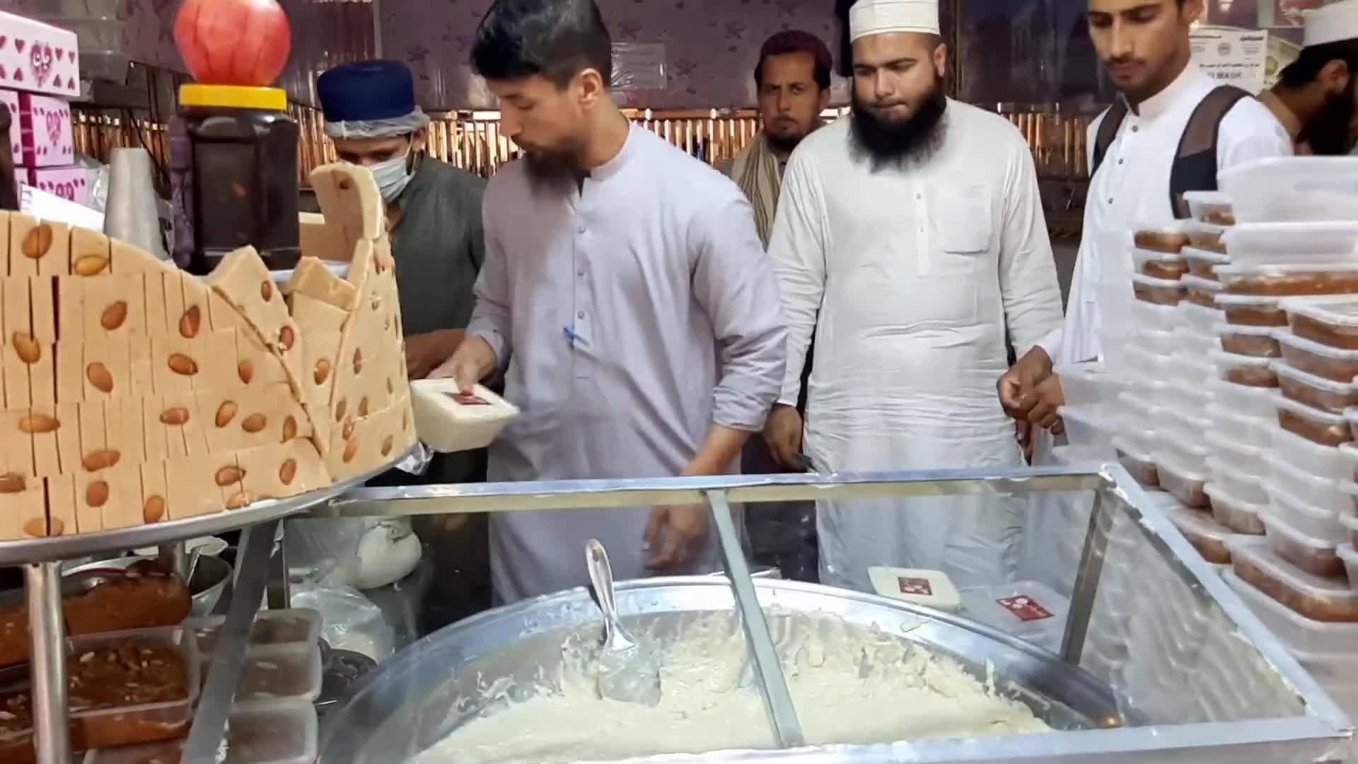 印度街头奇葩奶制品,整个桶就像糊糊一样,吃完就不怕拉肚子吗?