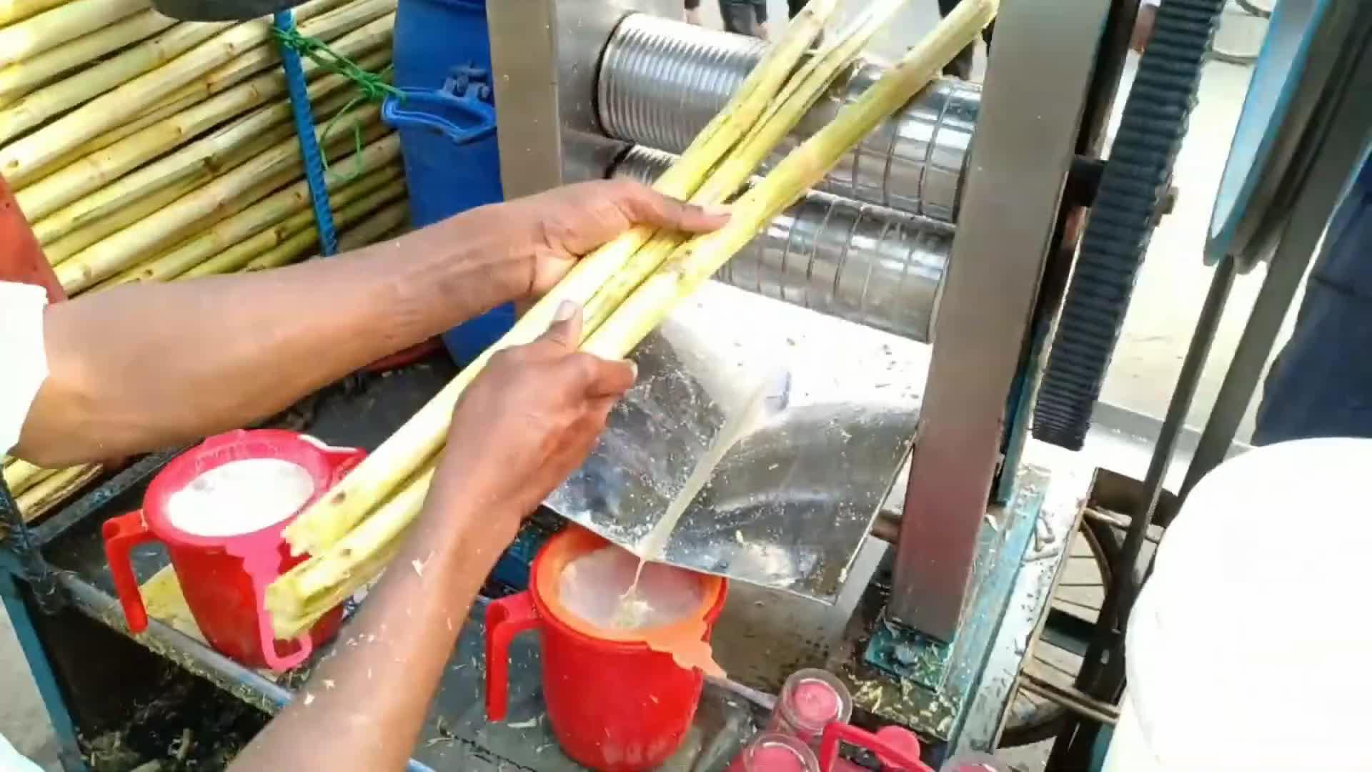 印度街头鲜榨甘蔗汁,原生态压榨方式不加一滴水,不怕拉肚子吗?