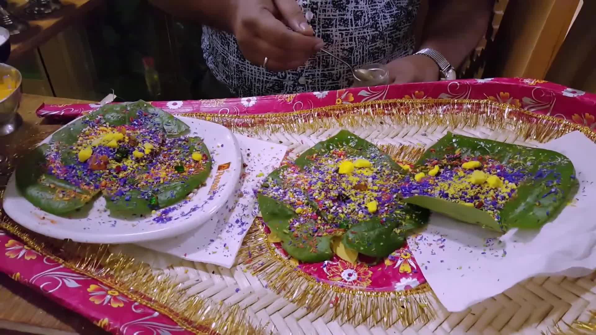 印度高档酒店的叶子糖果,撒上配料点上火,开挂民族出奇的一致!