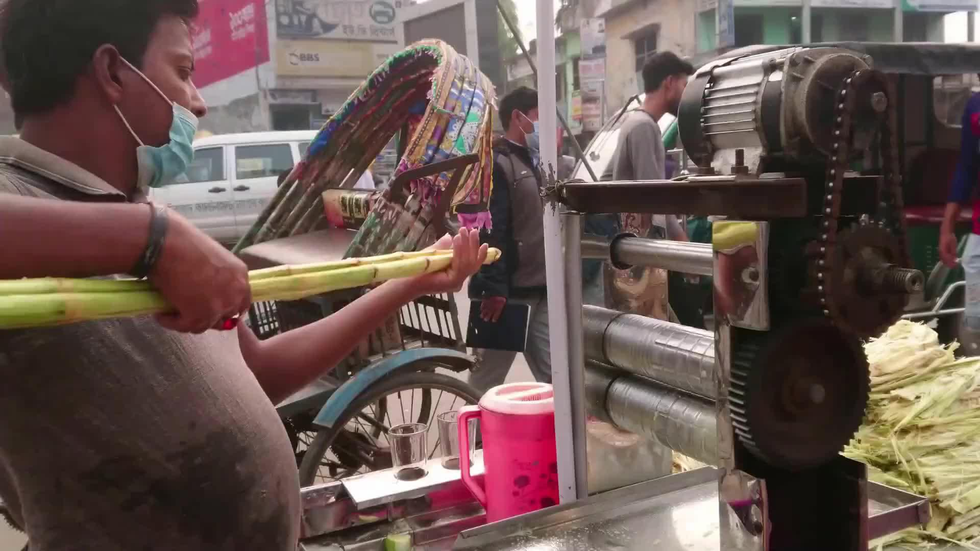 印度街头鲜榨甘蔗汁,原汁原味反复榨好几遍,喝一口就觉得很腻!