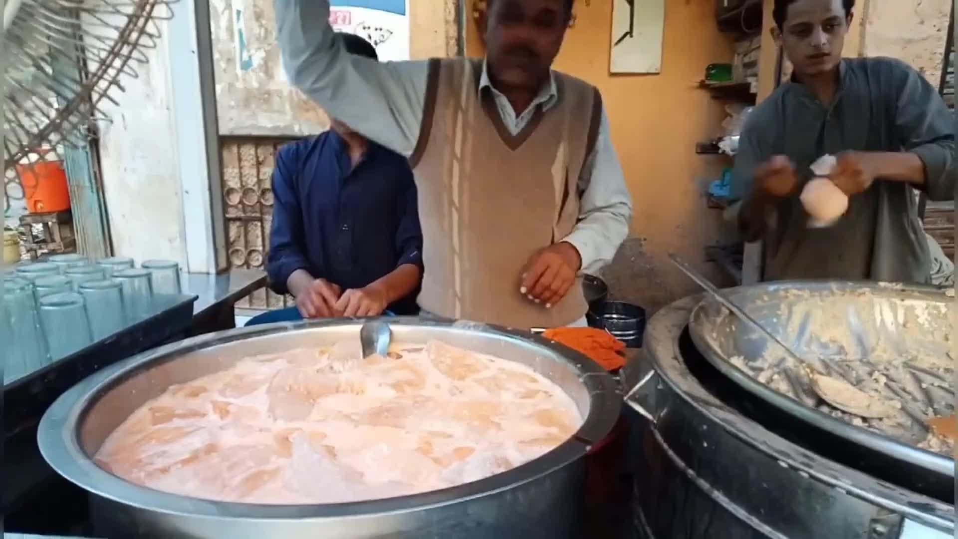 印度街头的热销饮料,看着老板嘴角叼着的烟头,好怕掉到桶里面!