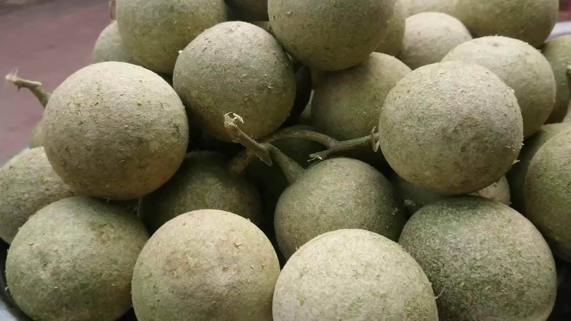 印度街头的重口味水果,挖出果泥放入配料搅一搅,看着就没食欲!