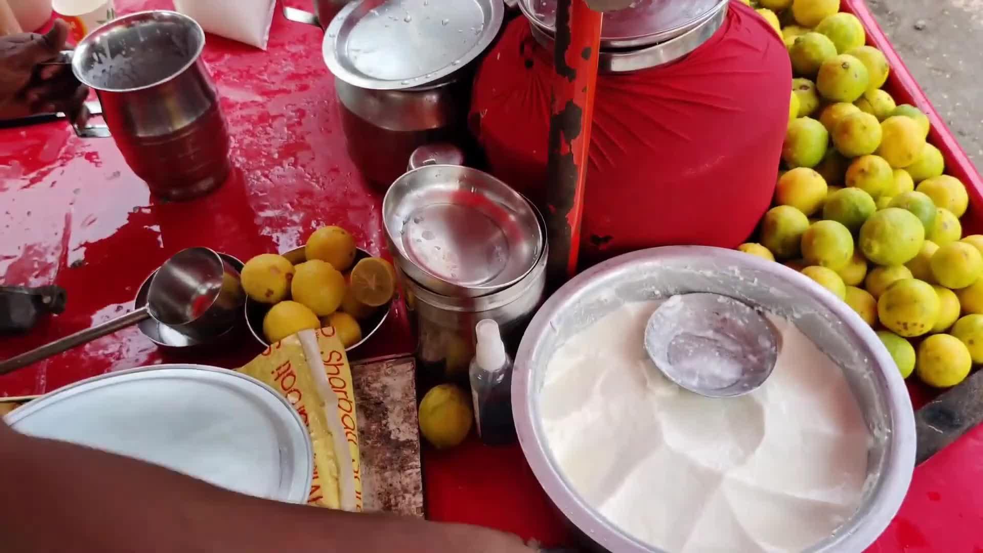 印度街头的奇葩奶制品,放入桶里用棍子搅一搅,看着就没啥食欲!