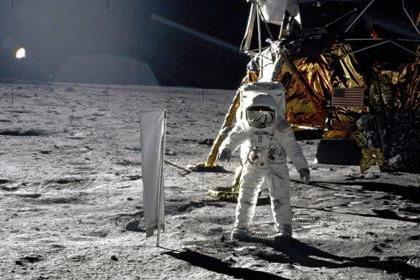 """为何人类不再次登月呢?,科学家发现月球竟始终在""""盯着""""地球看"""