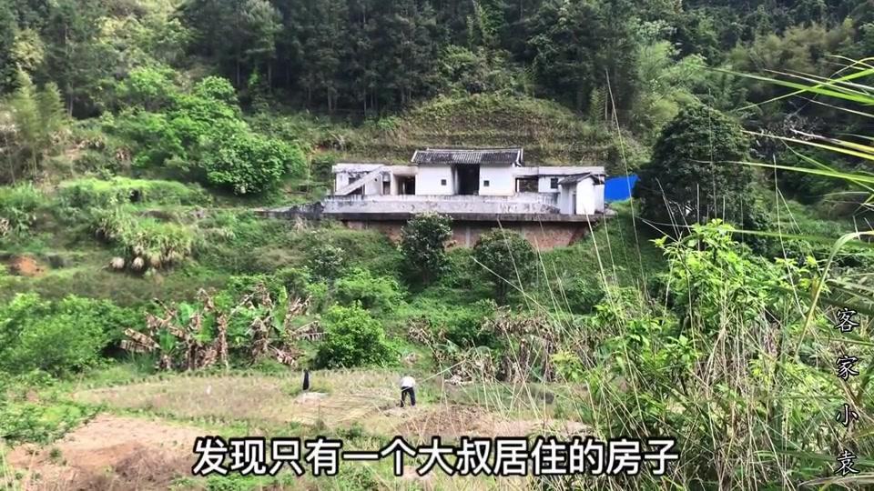 广东农村发现一位大叔,隐居山林,晚上一个人住不害怕吗?