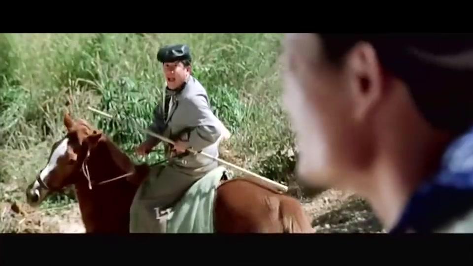 曾志伟骑马跳火车,不料忽略了自己身高,手上去了腿还在下面!