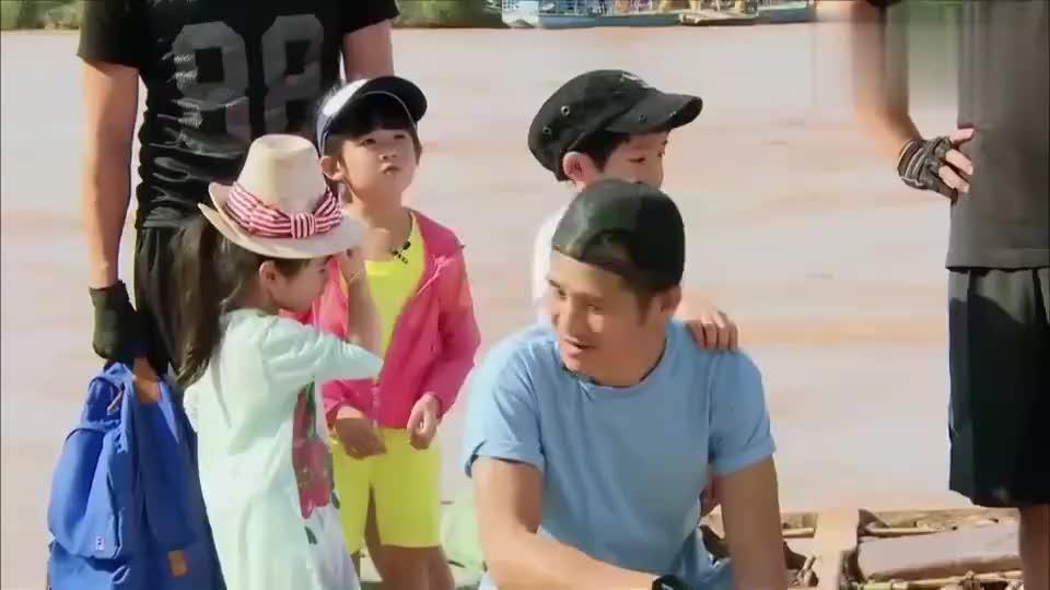 爸爸去哪儿:爸爸们的华羊皮筏子比赛,杨威最后到达看杨阳洋表情