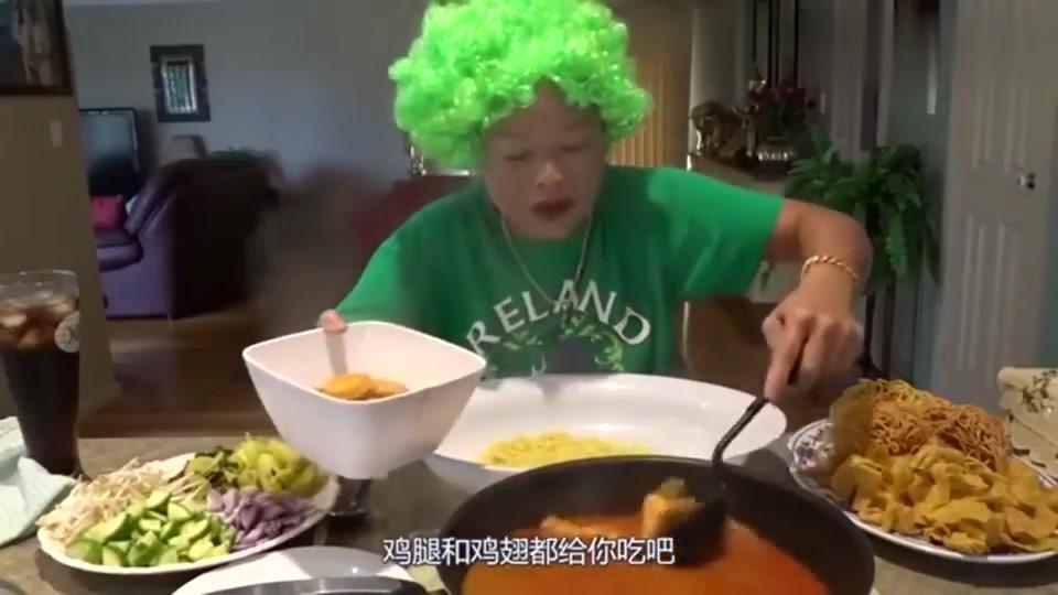 泰国大妈戴着一头假绿发吃鸡汤面配麻叶,还把最好的鸡腿给女儿!