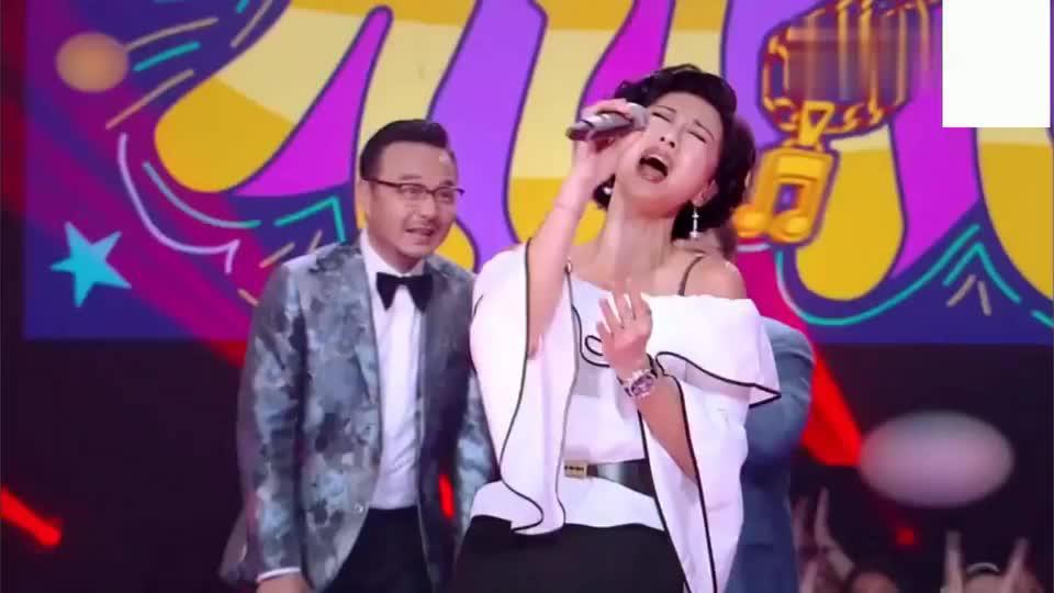 叶倩文56岁唱《潇洒走一回》出场,依旧女神模样,韩红自叹不如