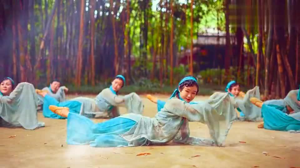 流光飞舞的轻纱动人,古典舞演绎《青蛇》