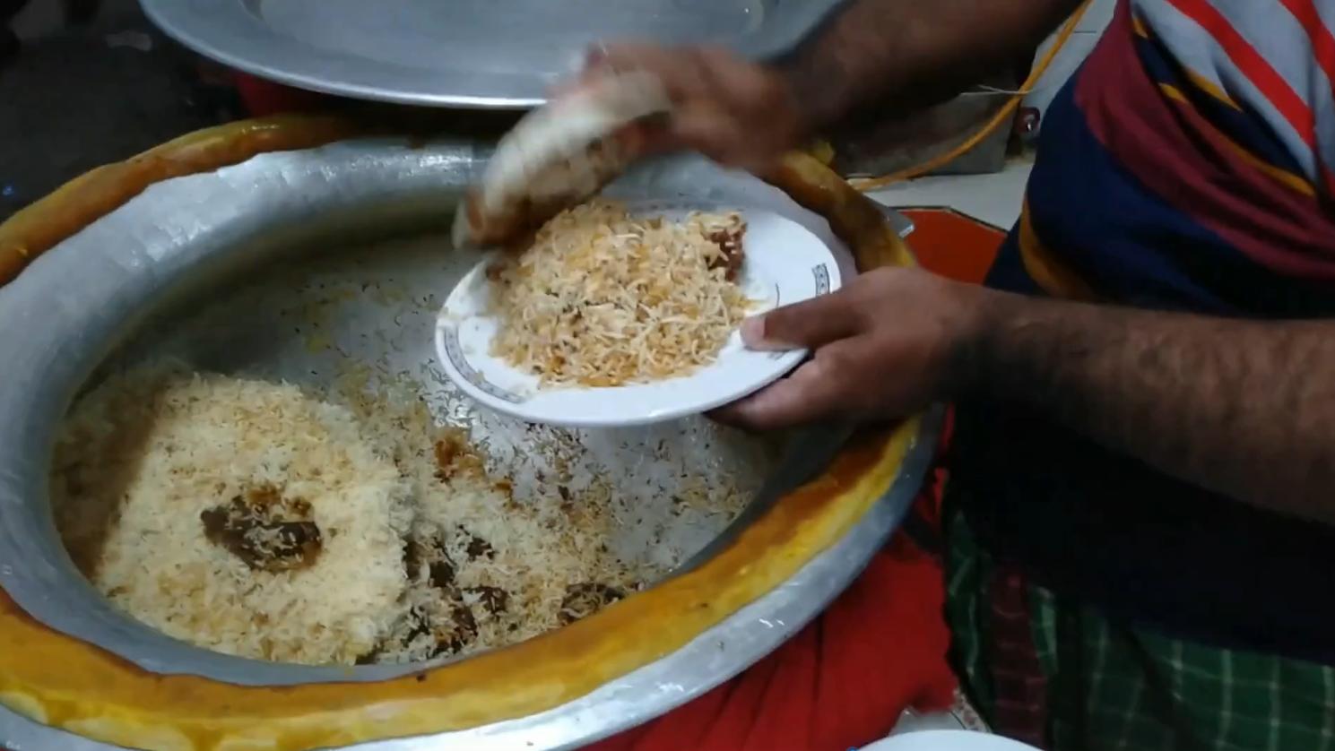 印度街头大锅米饭,盘子打的分量多的惊人,用手抓着吃却没食欲!