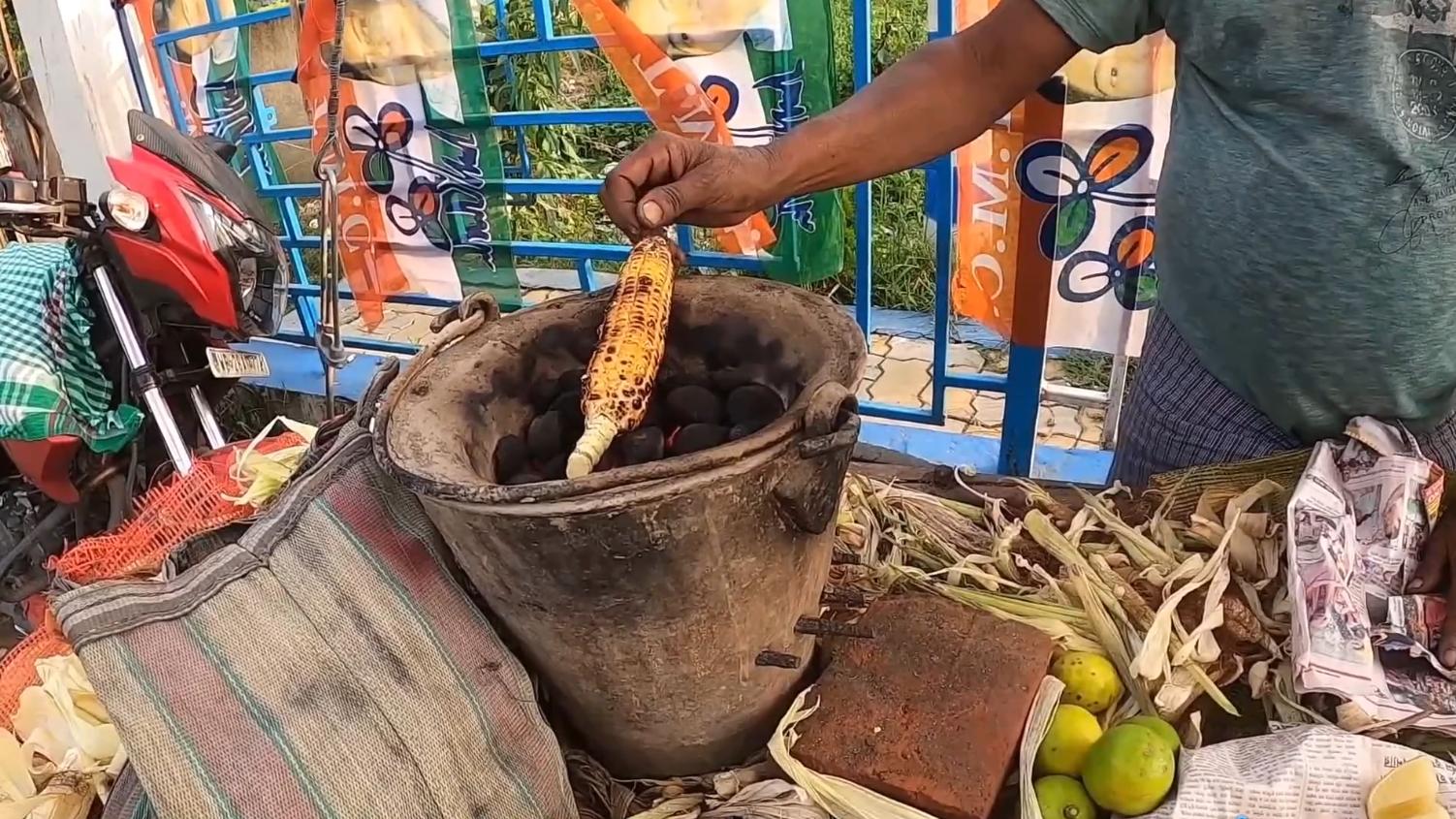 印度街头特色烤玉米,木炭烤到焦黑抹上柠檬,这东西真敢下嘴吗?