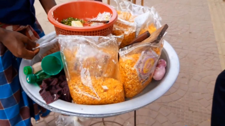 印度街头的廉价零食,什么口味重就加什么,洋葱、青椒应有尽有!