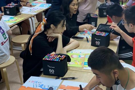 范冰冰前往上海探望自闭症儿童,一直展露灿烂笑容,亲和力超强