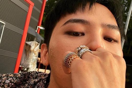 韩国歌手G-DRAGON社交网站发近照