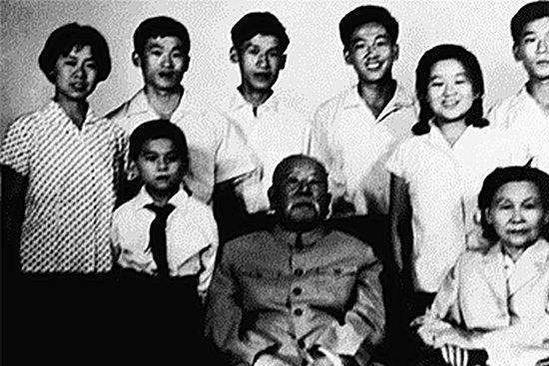 他贵为新中国第一任内务部部长,组织配的专车他却不让家人坐