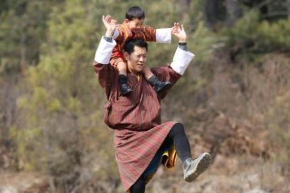 4岁龙太子好受宠!被不丹国王扛在肩上,呆萌样子逗笑高冷王后