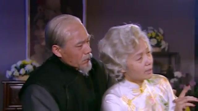 老太婆真是戏痴,临死前还在听戏!最后躺在白景琦怀里安乐去了