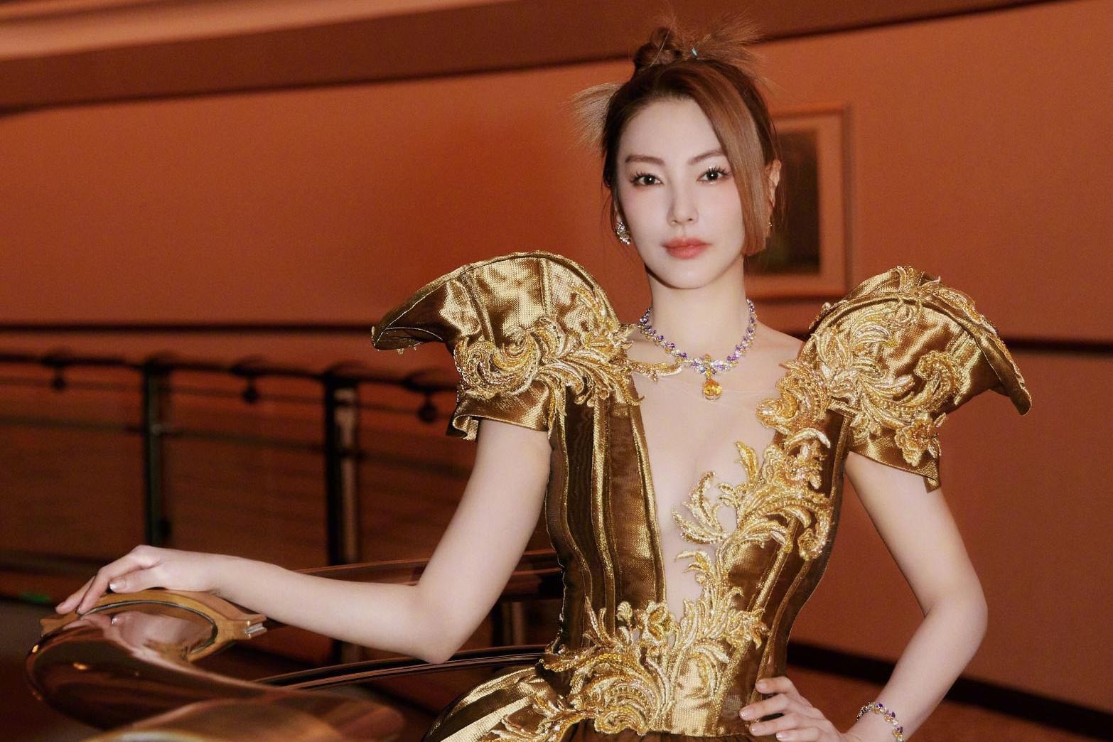 时尚文化大赏女星斗艳:刘诗诗轻盈如美人鱼,倪妮把假发穿身上