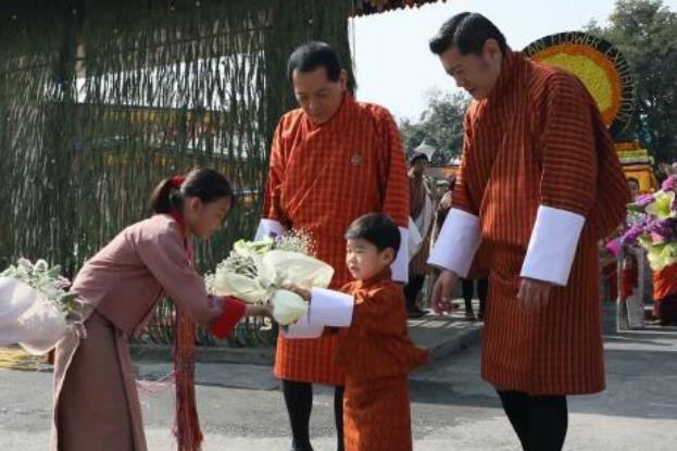 3岁不丹王子太金贵!周岁被册封为太子,祖孙三代在纸币上同框