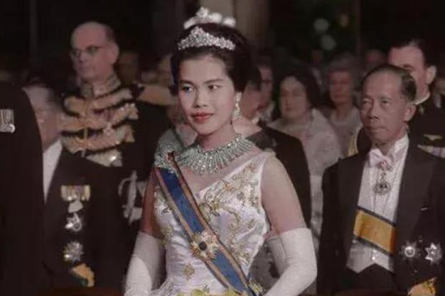 42岁苏提达受委屈!婆婆宁愿将王冠拆成项链,也不肯赏赐给儿媳