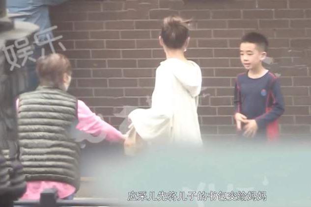 应采儿定居上海送儿子上国际学校,接小小春放学时表演跳舞很卖力