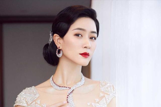 田海蓉不愧是气质女神,穿挂脖连衣裙时髦减龄,身材凹凸感十足