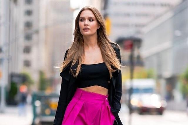 维密超模约瑟芬街头拍大片,穿黑色上衣搭红色长裤,炫酷十足!