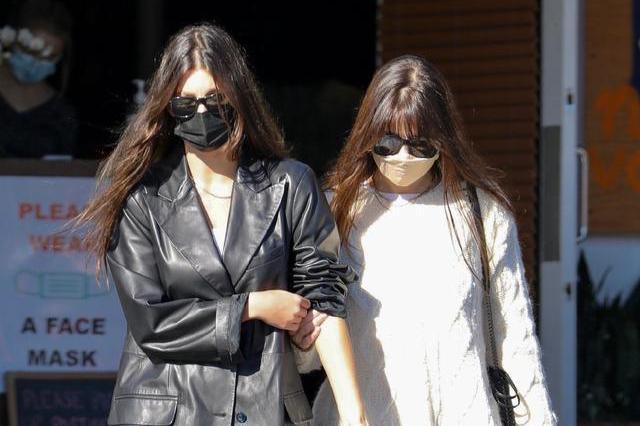 小李子女友卡米拉·莫罗尼穿皮衣和妈妈一起上街,又酷又拉风!