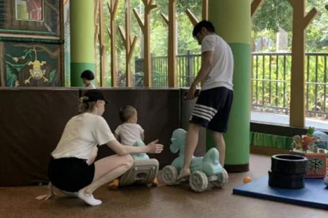 撒贝宁携家人到三亚度假,为了逗孩子们开心,坐在玩具车上耍活宝