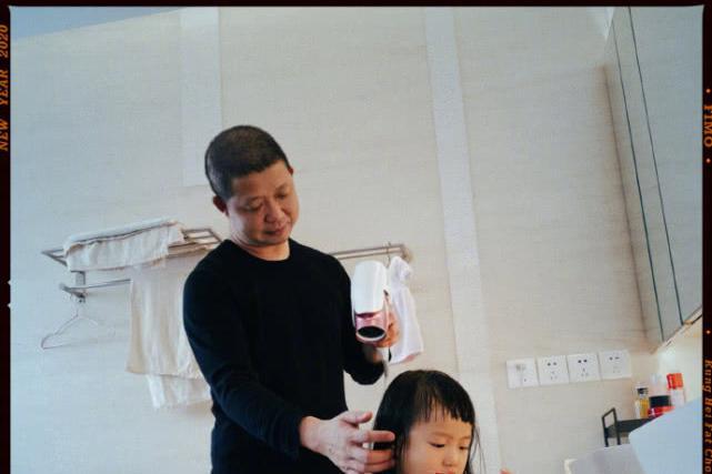 姚晨给女儿剪狗啃刘海曹郁为爱女吹头发表情抢镜茉莉笑起来像妈妈