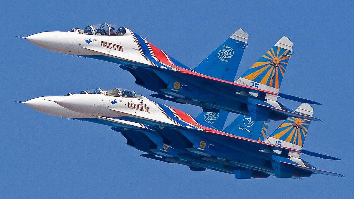 """俄罗斯""""勇士""""飞行表演队,驾驶战斗机进行机动表演!"""