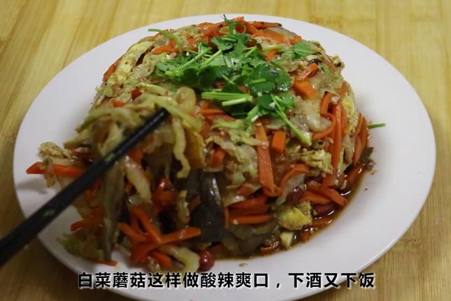 白菜加蘑菇简单一做,待客一定很抢手,下酒下饭,比吃肉受欢迎