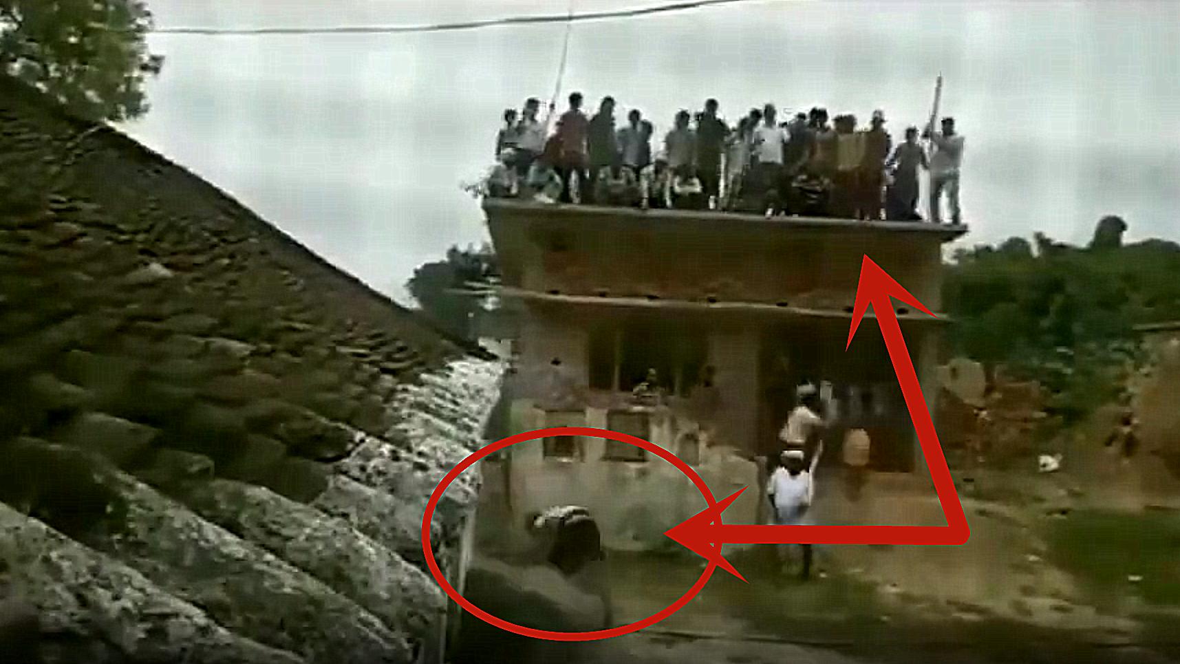 村民发现不对劲,赶紧爬上屋顶,监控拍下男子绝望画面