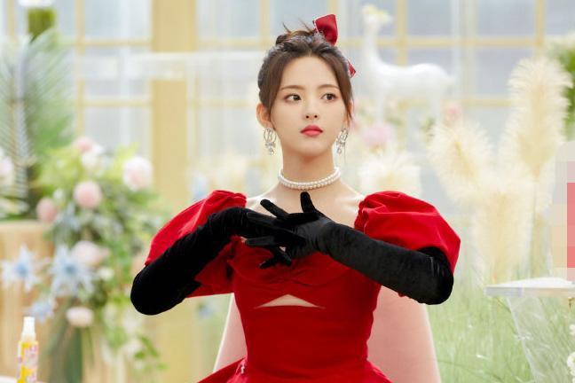 杨超越新造型曝光 ,一袭红色蓬蓬裙配黑色长靴,真的是被甜到了