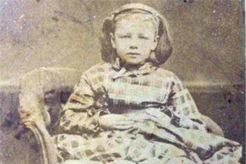 美国唯一有4条腿的女孩,和如意郎君结婚生子,埋葬地被特别处理