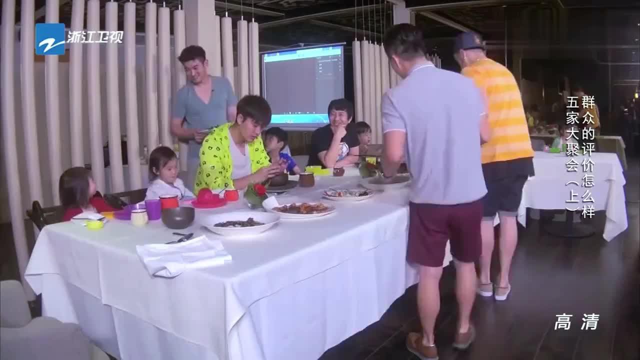 """爸爸回来了:甜馨吃完""""帅叔叔""""杜江的菜后,小脸一红显害羞!"""