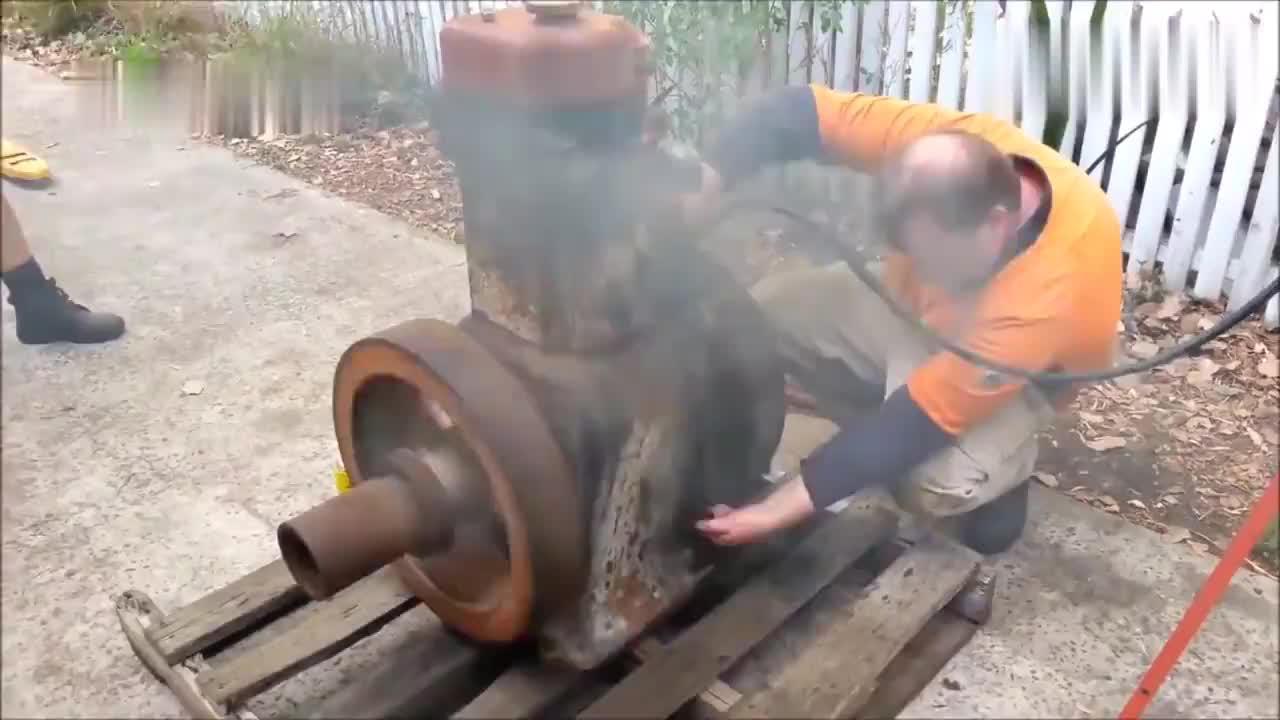 这台德国制造的老式柴油机年龄不小了,依然很容易启动!