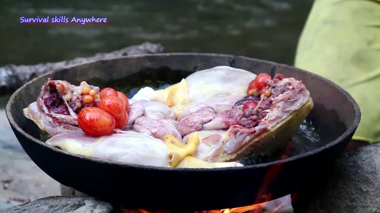 黝黑少女简单的一餐,原始生活河边生火炸鸡肉块,还有蛋花