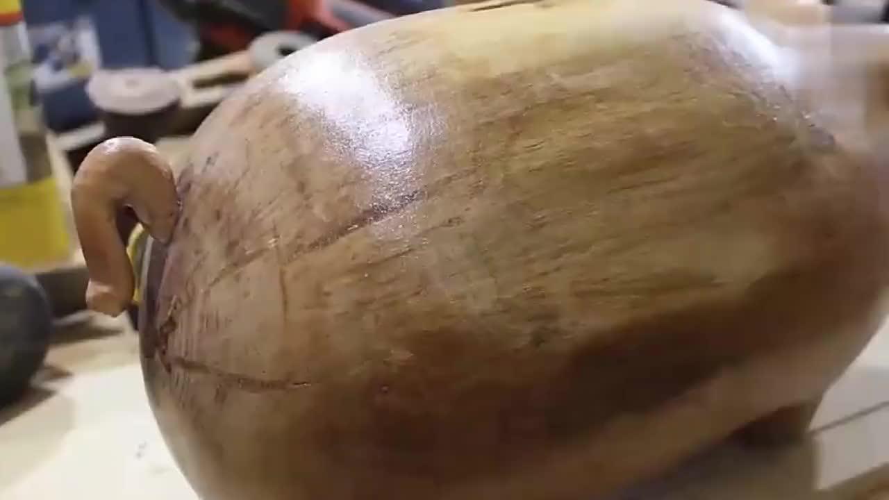 男子手工雕刻木猪存钱罐,家里小孩从此喜欢上了存钱!