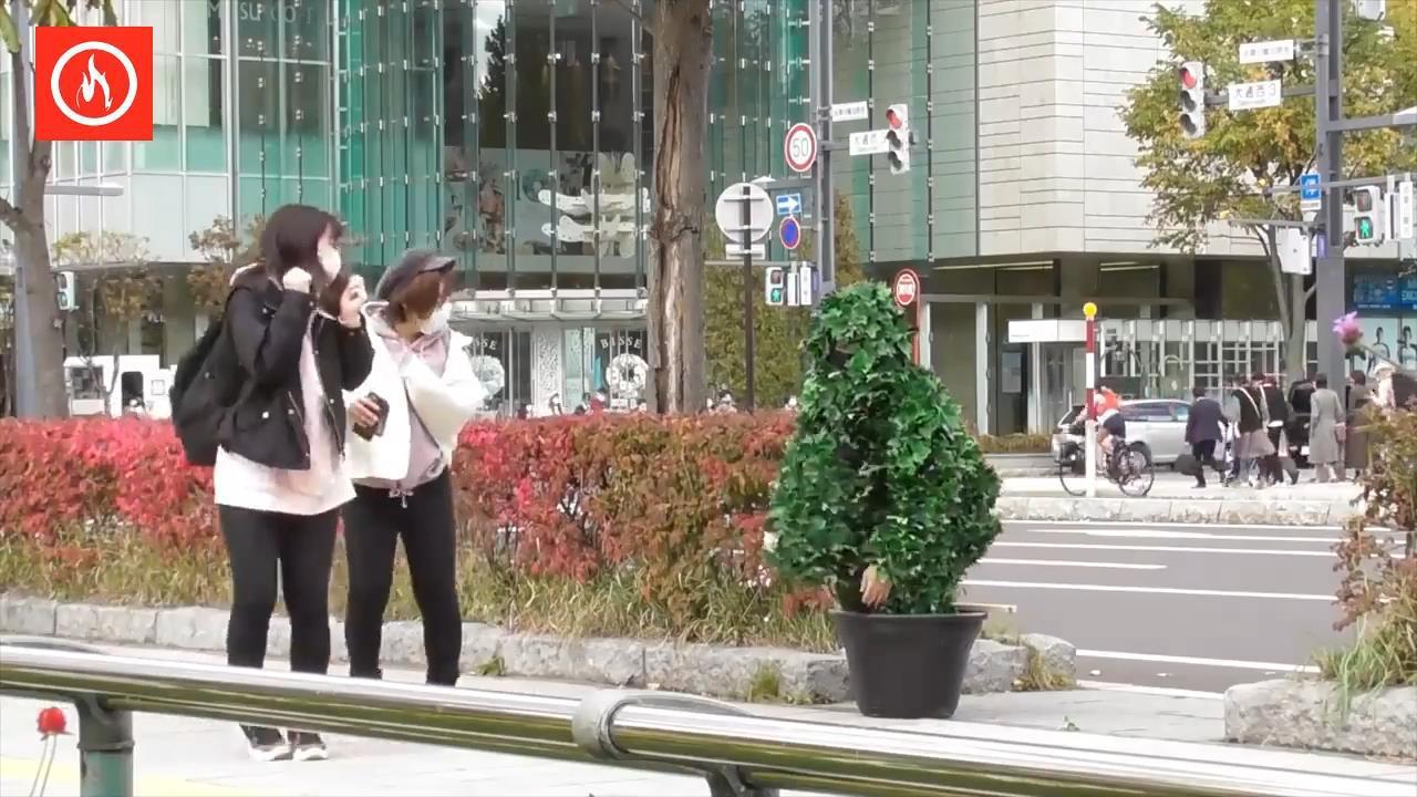 在日本穿吉利服躲在路边吓人,看日本妹子是什么反应!