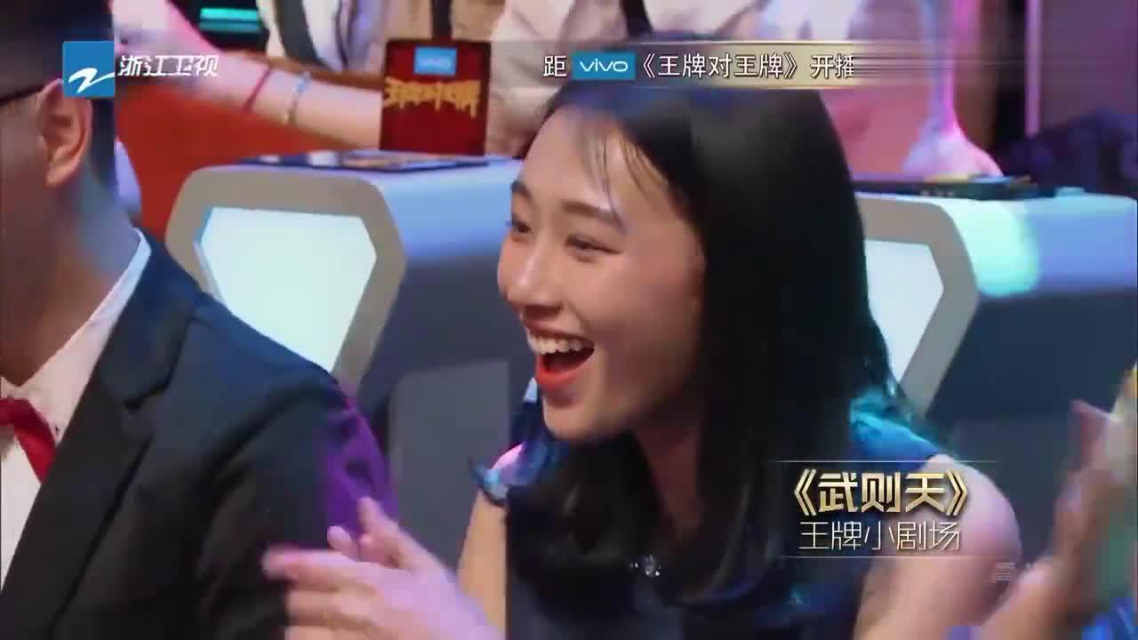 """刘晓庆一转身,王源就""""滑跪""""过来,刘晓庆一脸懵,这人是谁?"""