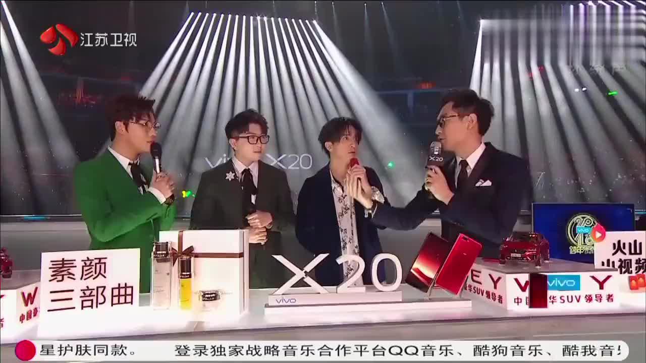 薛之谦与主持人热聊,49秒时毛不易的表情亮了!