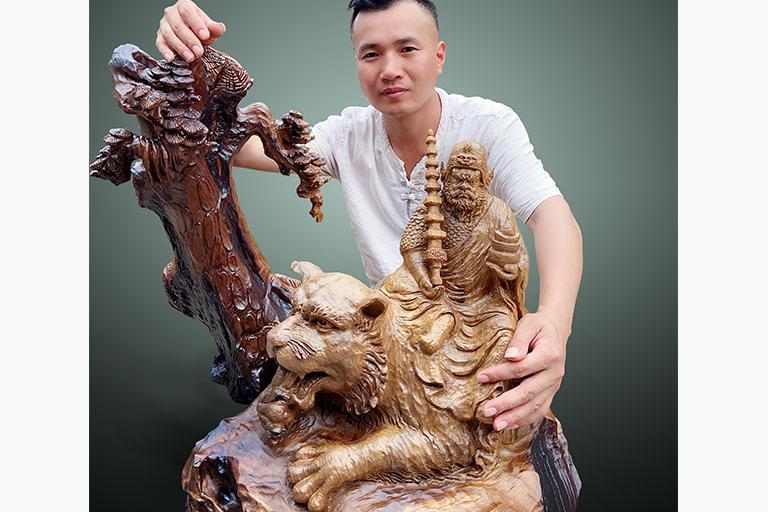 风生水起的财神爷-记木雕工艺美术大师周洪洋