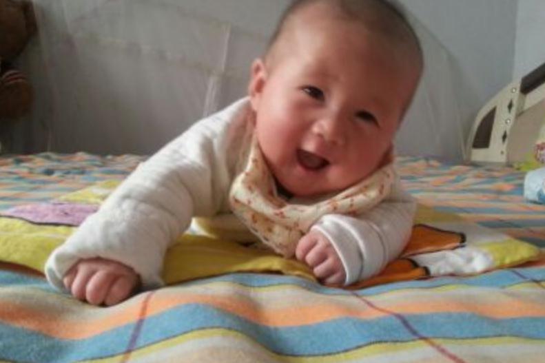 """家长的3种行为,影响宝宝脊柱发育,长大可能""""矮""""人一截"""
