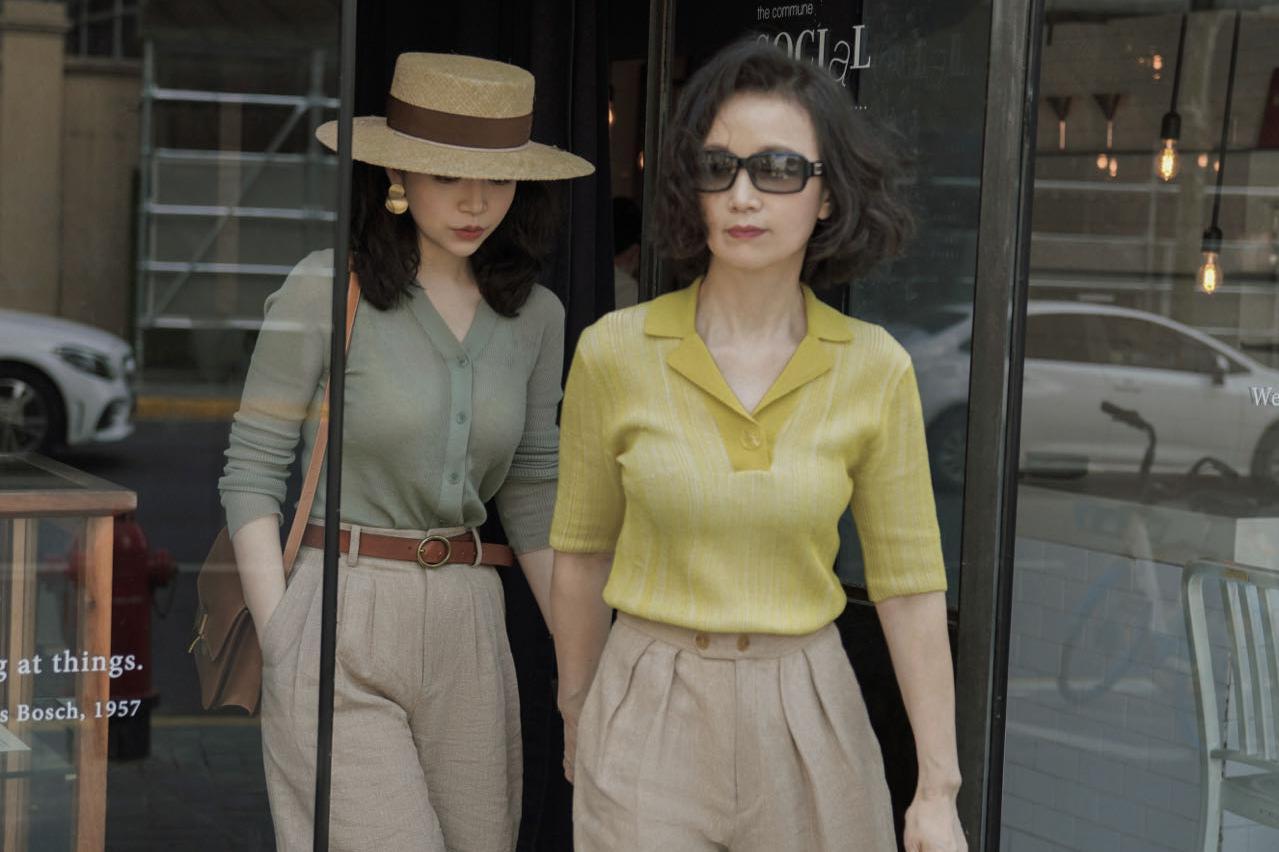 六十岁的女人,上衣+裤子怎么搭才时髦?教你3组百搭公式,美又嫩