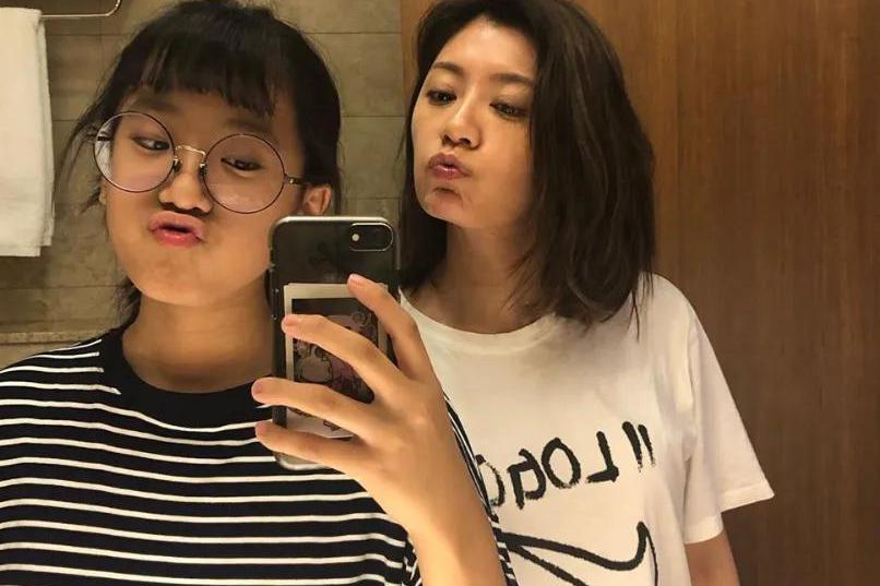 贾静雯14岁大女儿梧桐妹晒与妹妹同框照,咘咘、波妞搞怪依旧
