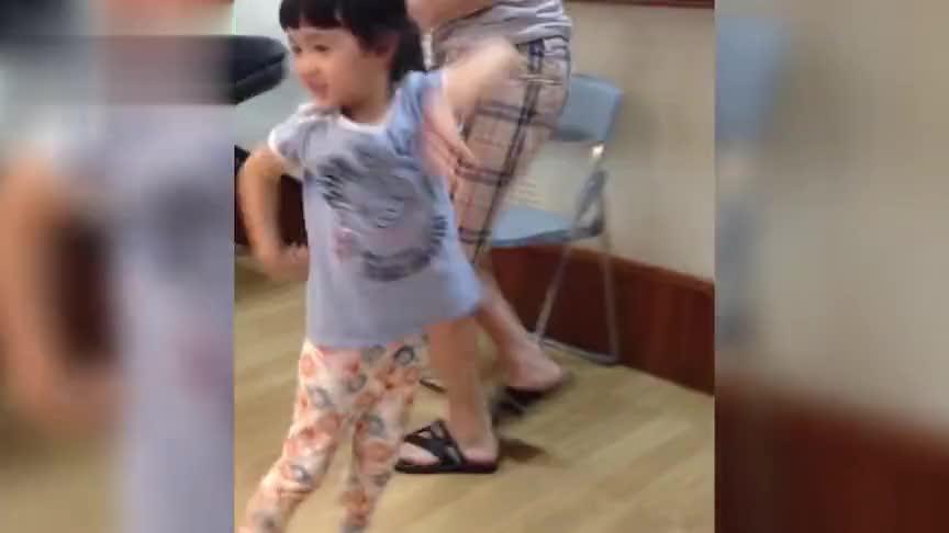 夏克立晒夏天小时候视频,跳起舞节奏感十足,真的是从小萌到大!